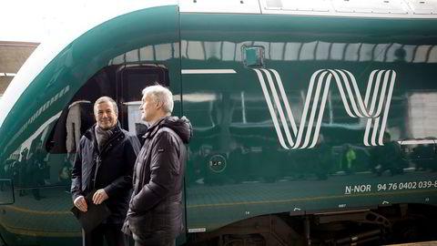 Vy vil satse tungt for å nå ambisjoner om over åtte millioner reisende innen 2031. Avbildet er konsernsjef i Vy Geir Isaksen (t.h.) og styreleder Dag Mejdell fra presentasjonen av navnebyttet fra NSB til Vy i mars i fjor.
