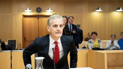 Jonas Gahr Støre tar plass i vitneboksen under søksmålet Atle Berge har anlagt mot staten.