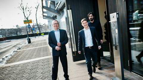 Investor Erik Must (til venstre) putter penger i Convertelligence. Her er han sammen med grunnleggerne John Antonio Nilsen og Arash Saidi (bakerst). Foto: Fartein Rudjord
