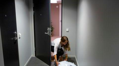 Lise Mette Kjellberg (31) tar imot en pakke med klær fra den nettbaserte klesbutikken Fjong, som tilbyr abonnement på leie av klær. Koronakrisen fikk fart på en helt ny forretningsidé.