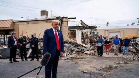 President Donald Trump inspiserer ødeleggelser i Kenosha i Wisconsin. Frykt for lovløshet gir presidenten økt oppslutning.