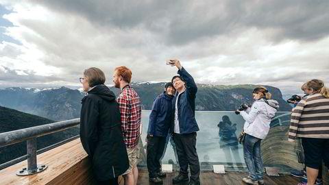 Innovasjon Norge kutter kraftig i den generelle profileringen av Norge som reisemål og halverer staben på utekontorene. Det skaper reaksjoner. Her fra utsiktspunktet Stegastein i Aurlandsfjorden.