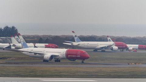På Stavanger lufthavn Sola står en lang rekke av Norwegians langdistansefly – Boeing 787 Dreamliner – parkert på ubestemt tid grunnet koronakrisen. Eksperter stiller spørsmål ved om satsingen kan fortsette etter koronakrisen.