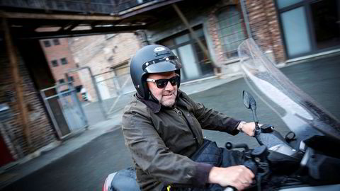 Eiendomsutvikler Ivar Koteng i Trondheim er blitt milliardær på å bygge og leie ut 250.000 kvadratmeter eiendom. Her er han fotografert på scooteren sin på vei til Grilstad Marina der han bygger ut stort.