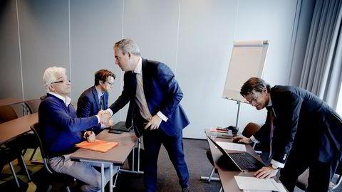 Hessel Halbesma (til venstre), hovedaksjonær og mangeårig styreleder, ga endelig sin støtte til refinansieringen av Oceanteam og det nye styret ved Diederik Legger (i midten) rett før generalforsamlingen i Bergen i går. I bakgrunnen sitter Halbesmas advokat Gijs Kuijper. Selskapets advokat Thomas Fjell i Grette (til høyre).