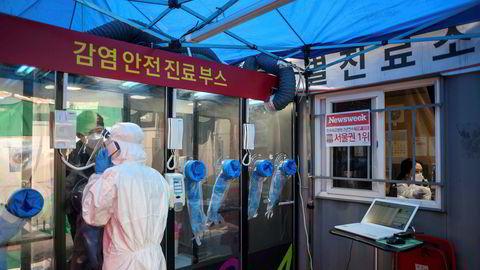 Sør-Koreas strategi innebærer omfattende testing, med digital sporing av hvor de smittede har vært, for å kunne spore andre som har vært samme sted og be dem teste seg. Her er en testkiosk utenfor Yangji-sykehuset i Seoul.