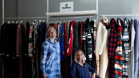 Produktsjef Andrea Prytz Lerberg (33) (til venstre) og sjefdesigner Mathilde Grivi (28) i Onepiece vil helst nå ut til helt vanlige folk. Selskapet som lager kosedresser har opplevd økt etterspørsel under koronakrisen.
