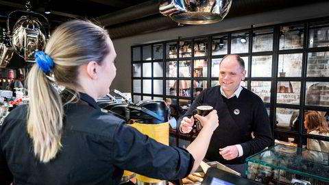 På få år har Torodd Gøystdal og Espresso House fått flere hundre ansatte og omsetning på nærmere 400 millioner. Nå justeres strategien for å møte den nye markedssituasjonen. Norgessjefen bestiller her kaffe av avdelingsleder Rebecka Johansson på Espresso House på Majorstuen.