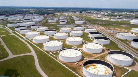 60 millioner fat olje ligger nå på lager i Cushing, Oklahoma, men med dagens overproduksjon av olje er det fullt om få uker. Konsekvensene får du høre om i Finansredaksjonen.