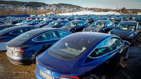 Slik så parkeringsplassen ved siden av Norges varemesse på Lillestrøm ut i mars i fjor. Tesla leverte ut imponerende 253 eksemplarer av Model 3 hver ukedag i mars i fjor.