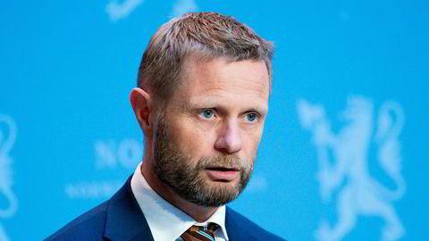 Helse- og omsorgsminister Bent Høie (H) forsvarer at det ble åpnet for utenlandsreiser til en rekke europeiske land i midten av juli.