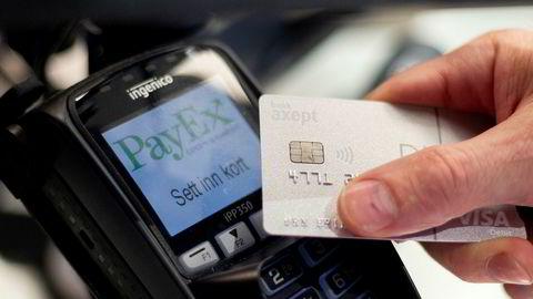 Nordmenn reduserte kortbruken kraftig i mars, og over halvparten av transaksjonene ble gjennomført med kontaktløs betaling.