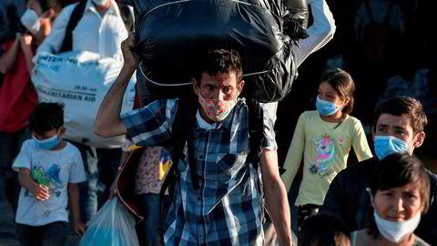 Flyktninger fra blant annet Moria-leiren på Lesbos blir fraktet til nye leire på det greske fastlandet.