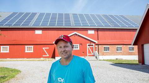 Ole Albert Bøhn har lagt solpaneler på låven bestefaren bygget, men synes han får altfor lite for strømmen han produserer.