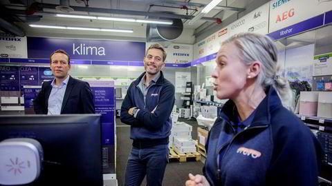 Otovo-gründer Andreas Thorsheim (i midten) får tilgang til Elkjøp som distribusjonskanal for solcelleanleggene sine. Til venstre: Administrerende direktør Jaan Ivar Semlitsch i Elkjøp Norden. Til høyre: Teknisk konsulent Christel Mathiesen i Otovo.