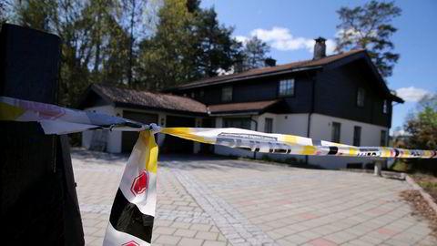 Politiet har sperret av Sloraveien 4 på Lørenskog. Selv om Tom Hagen er løslatt, får han ikke flytte hjem.