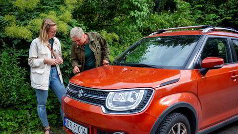 Nabobil-utleier Eli Strand (venstre) overgir bilnøkkelen sin til Thea Amalie Junker (høyre). Både Bilkollektivet, Nabobil og Hyre opplever stor pågang som følge av at mange tar ferien hjemme i Norge.