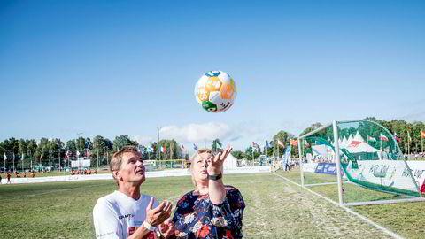 Statsminister Erna Solberg stiller seg ikke bak NHOs forslag om å kutte selskapsskatten. Her fra Norway Cup på onsdag med Orkla-sjef Peter A. Ruzicka.