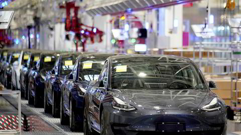 Allerede før koronakrisen var lille Tesla mer verdt enn bilgigantene Ford og General Motors til sammen, skriver artikkelforfatteren.