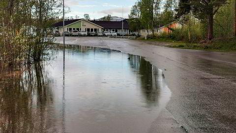 Vannstanden i Altaelva stiger, og Alta Kristne Grunnskole (i bakgrunnen) ble stengt på grunn av flommen mandag morgen.