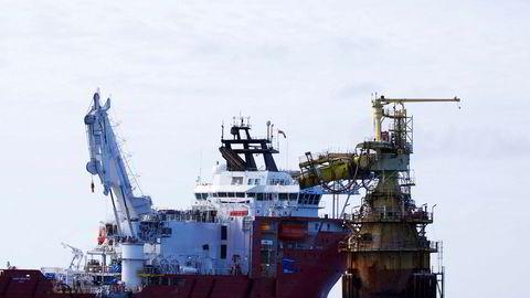 Dof sitt forsyningsskip «Skandi Singapore» jobber på en offshoreinstallasjon. Rederiet Dof har falt 40 prosent på børs hittil i år, og 79 prosent det siste året.