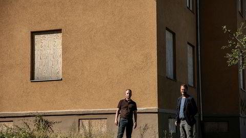 Frp-politikerne Henrik Gjerding og Helge André Njåstad er oppgitt over at hundrevis av boenheter som forvaltes av Boligbygg i Oslo til enhver tid står tomme, mens folk venter i kø. Her i Ekebergskrenten står fem hus med tomme side om side.