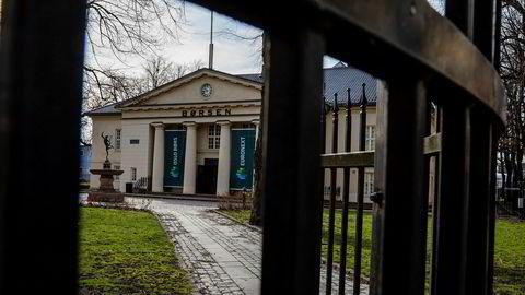 Oslo Børs endte mandagen ned litt over prosenten og faller tirsdag videre over to prosent.