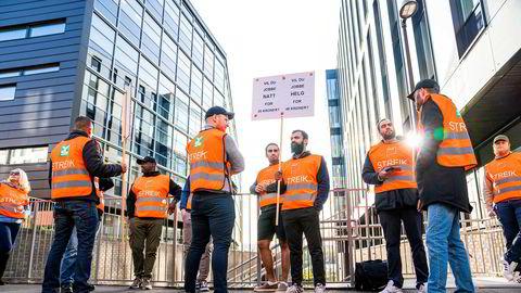 Vektere har streikemarkering utenfor hovedkontoret til Securitas i Oslo i midten av september. Mandag kveld ble streiken avsluttet.