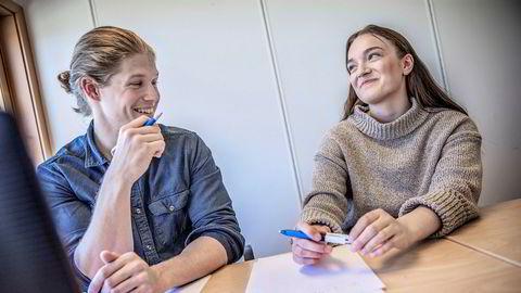 Nora Müller (til høyre) får mattehjelp av personlig leksehjelper Eirik Jerstad (25). Han studerer til lektor i realfag ved NTNU, og jobber deltid som personlig lærer via en formidlingstjeneste for privatundervisning og leksehjelp. – Når jeg mestrer faget, blir det også mye gøyere å holde på med, sier Müller.