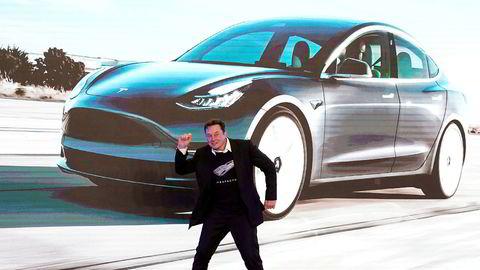 Tesla-sjef Elon Musk danset på scenen under en event i Shanghai sist måned for den Kina-produserte Tesla Model 3.