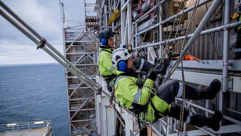 Ved å opprettholde kapasiteten unngår man massearbeidsledighet og kostnadsøkning når oljemarkedet henter seg inn igjen, skriver Petter Osmundsen. Her utføres arbeid på Troll A-plattformen i Nordsjøen.