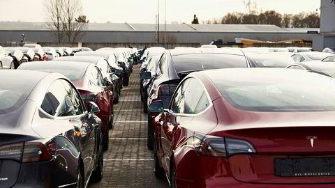 Tesla kutter prisene på alle Model 3, som nå får en startpris på rett under 400.000 kroner. Her fra Norges Varemesse på Lillestrøm der Tesla leverte ut tusenvis av biler i fjor.