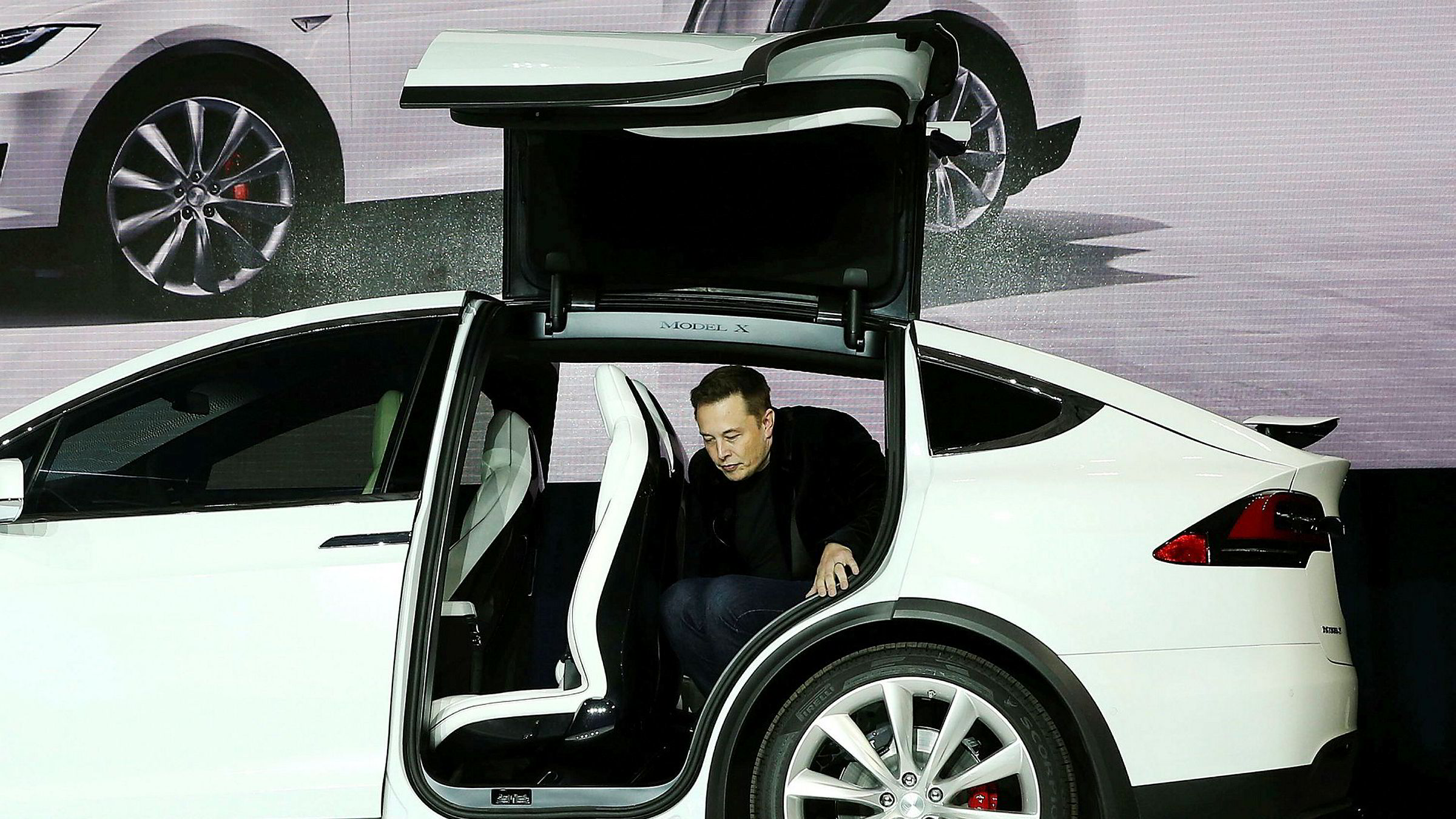 Aksjekursen på Tesla har steget over 40 prosent siden starten av september. Her er Tesla-sjef Elon Musk i en Tesla Model X.