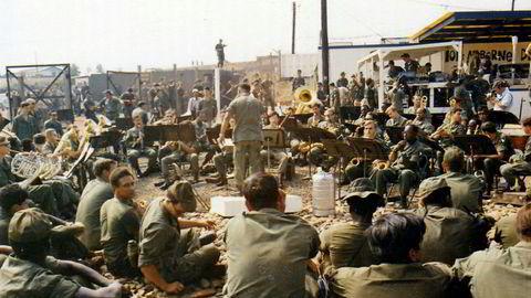 Moralsk støtte. The Army Band ble fløyet inn for å spille julemusikk for soldatene på Tan Nhut-luftfartsbasen i slutten av desember 1970. Musikk kan brukes til å holde moralen oppe, men også i mørkere øyemed.