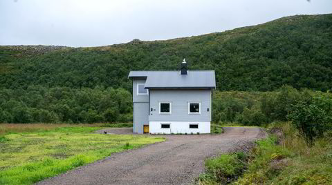 Investor Einar Sissener tok i fjor med seg formuen fra Sandefjord, og meldte flytting til dette beskjedne, grå huset i «skatteparadiset» Bø i Vesterålen.
