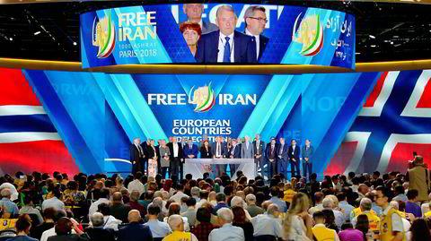 Den tidligere Krf-politikeren og forretningsmannen Lars Rise holder tale under Folkets Mujahedins store samling i Paris i 2018. I bakgrunnen følger Arbeiderpartiets Marit Nybakk med på Rises lovprisning av Maryam Rajavi. En iransk regimeagent skulle bombe møtet.