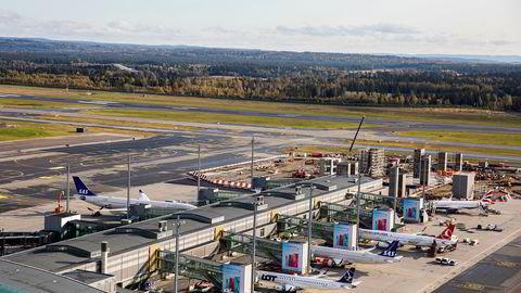 Prisene på flyreiser falt med nesten ti prosent i november, og bidro dermed til en dempet oppgang i konsumprisindeksen. Bildet er fra Oslo lufthavn.