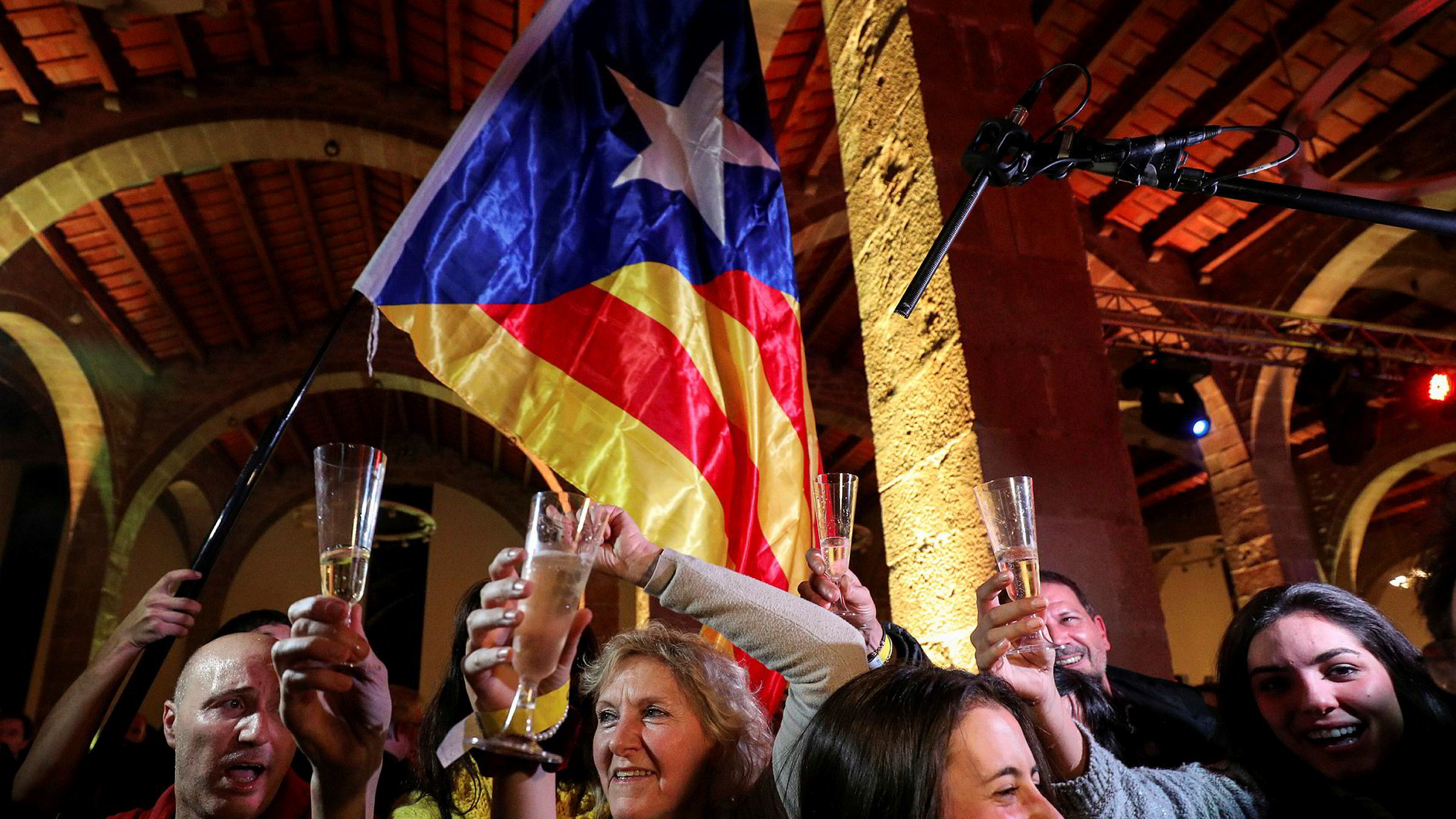Separatister i Spania feiret i natt etter at de som ønsker løsrivelse fikk flertall i regionforsamlingen i Catalonia.