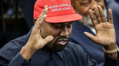Supermann. Rapper og designer Kanye West hadde på seg en MAGA-kaps under et møte med Donald Trump i Det hvite hus i 2018. Da han selv valgte å stille til presidentvalget i 2020, innrømmet han til Forbes at han hadde lagt den røde kapsen på hyllen.