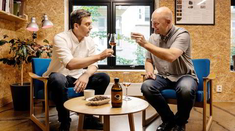 Skål. Sammen med Morten Paulsen (til høyre) i Arcus har Tim Wendelboe brukt pandemi-tiden til å smake seg frem til hvilken kaffetype som passet best i akevitten.