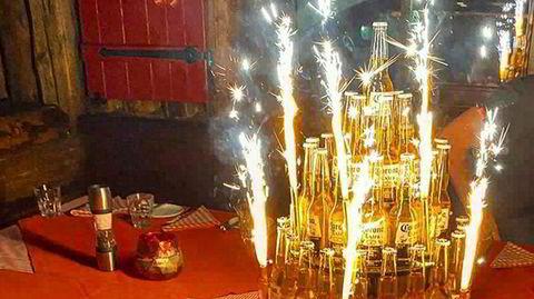Bare dager før vinterferierende nordmenn ankom Østerrike var det Corona-øl-party på baren Kitzloch i landsbyen Ischgl. Bildet er fra en Facebook-post som er delt og videredelt.
