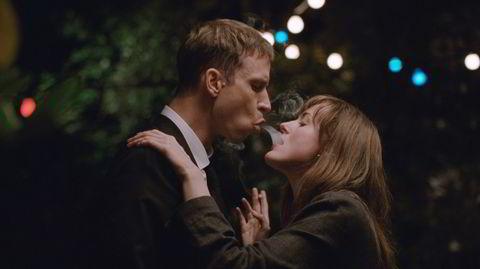 Er det utroskap? Julie (Renate Reinsve) og Eivind (Herbert Nordrum) har hver sin kjæreste, men møtes på en fest og tester hvor grensen går for å svike den de er sammen med. Blant annet ved å dele en sigarett på en mer ukonvensjonell måte.