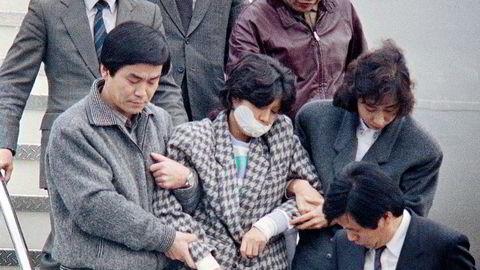Nordkoreanske agenter fikk Korean Air Flight 858 sprengt i filler 29. november 1987 for å sabotere Seoul-OL året etter. Her blir Kim Hyon-hui, en av de to som sprengte flyet, ført ut av et fly i Seoul, Sør-Korea.
