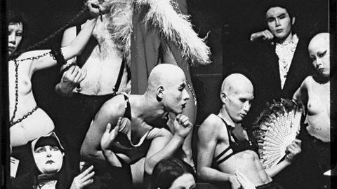 Avantgarde. Tenjo Sajiki-kompaniet var et av flere teaterkollektiver Buruma ble kjent med i Tokyo. Han endte også selv i en forestilling – sammen med transvestitter, flygende svinekoteletter og en pose med en morkake i.