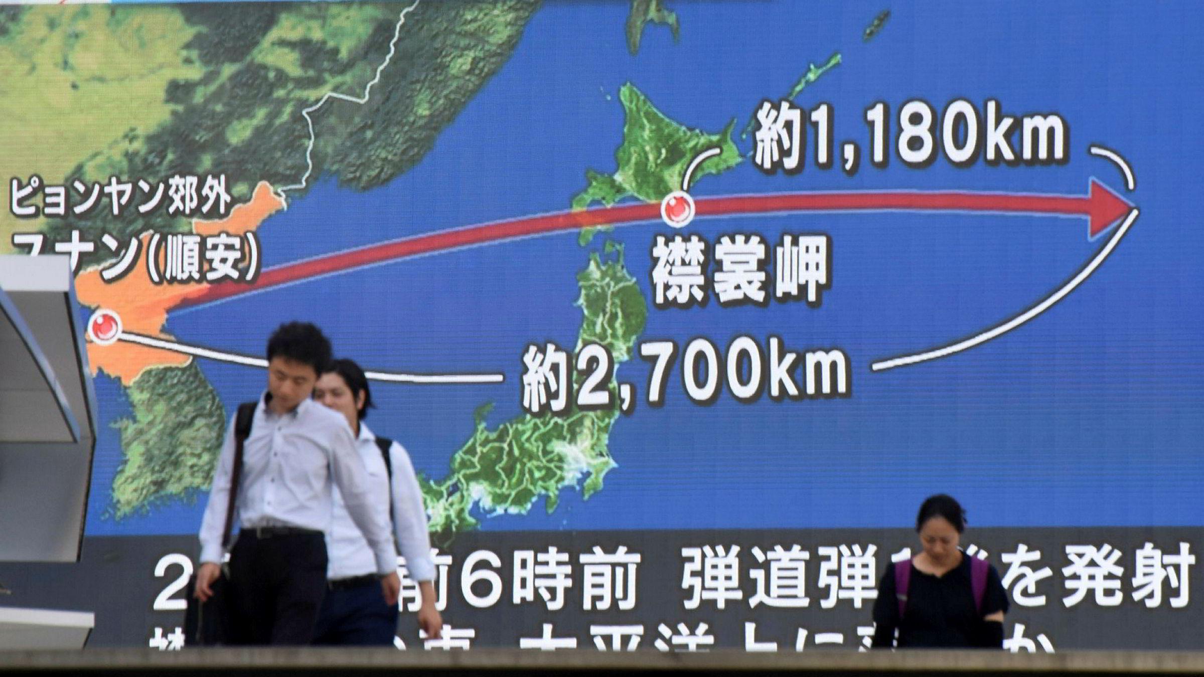En skjerm i Tokyo viser banen til en rakett skutt opp av Nord-Korea, som fløy over Japan. Dette regnes som en alvorlig provokasjon.