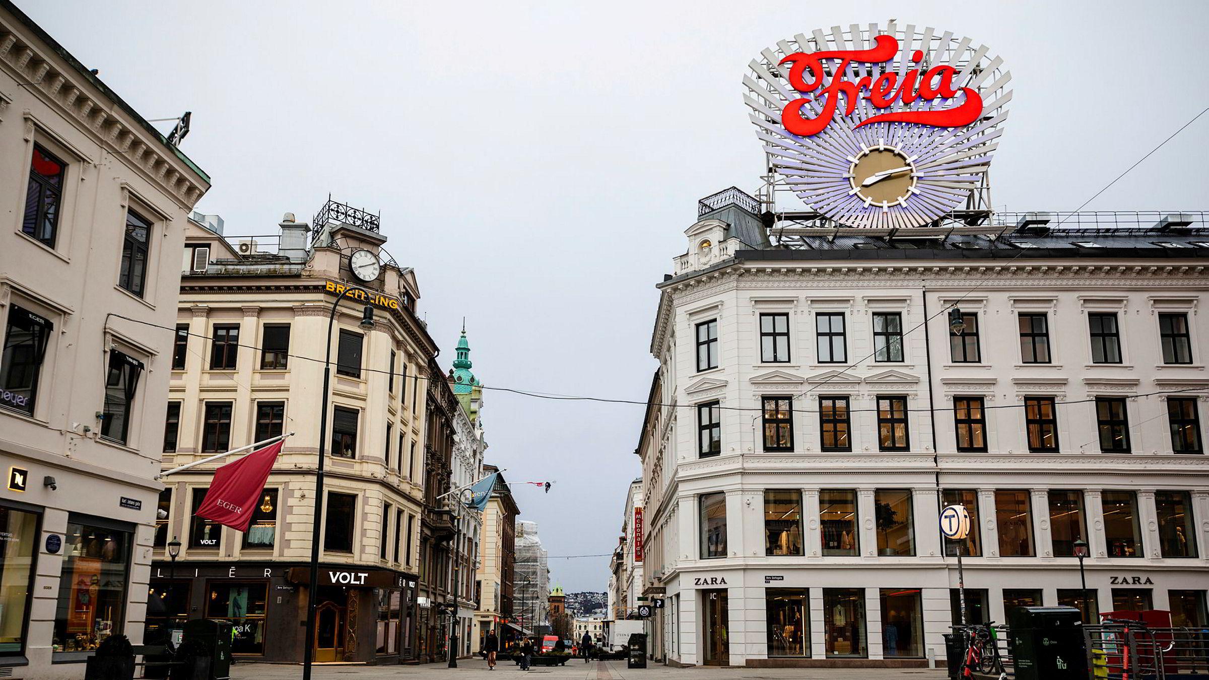 Det er først og fremst for vår skyld Norge og verden stenger ned – med uforutsigbare økonomiske konsekvenser, skriver pensjonist Arnfinn Christensen i innlegget. Karl Johans gate var nesten folketom klokken åtte tirsdag.