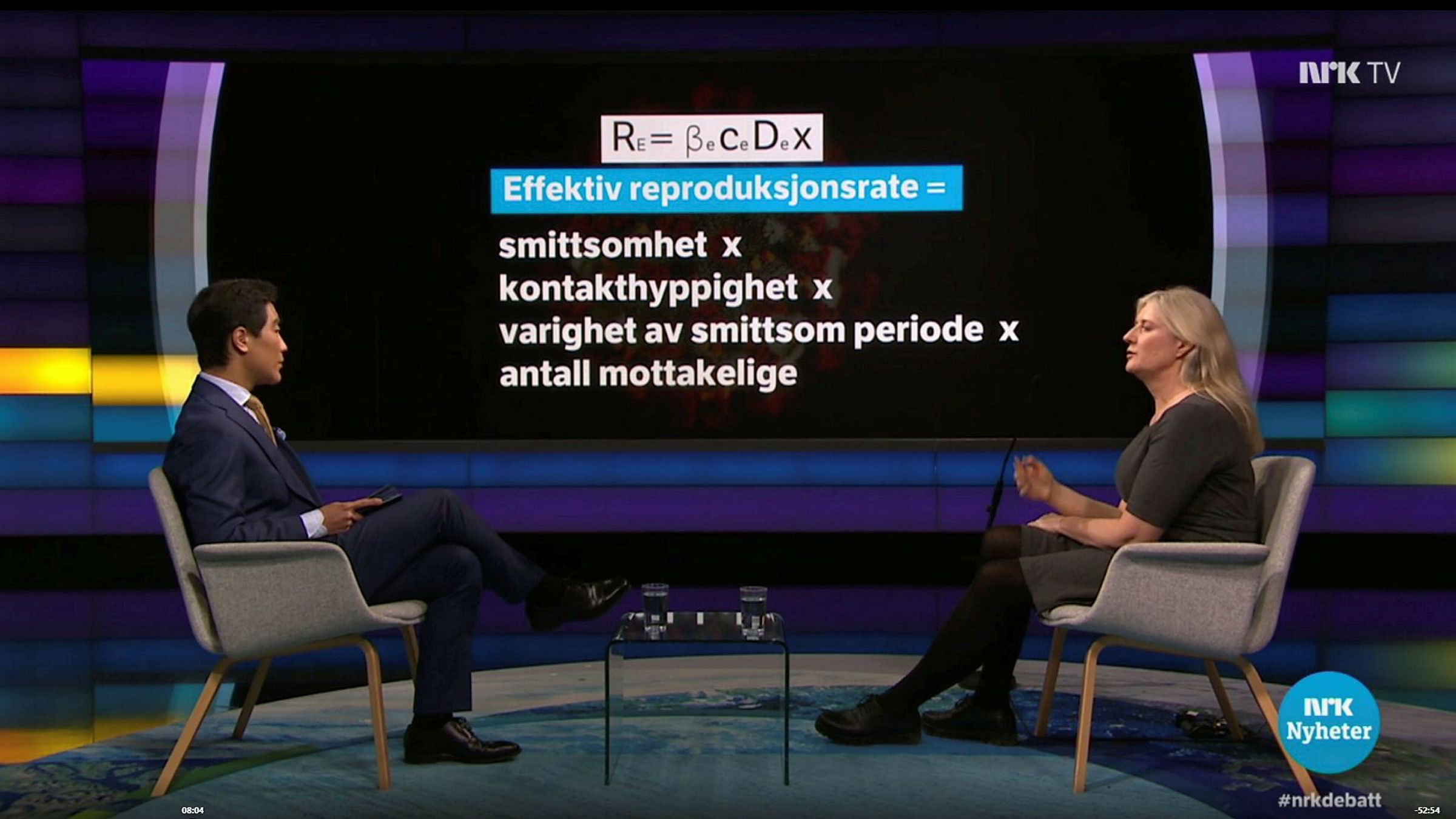 Programleder i NRK Debatten Fredrik Solvang med god avstand til allmennlege, forsker og samfunnsøkonom Gunhild Alvik Nyborg. I hvert fall fysisk.