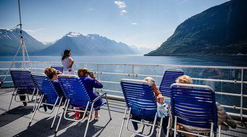 Fjorden der masseturismen seiler forbi