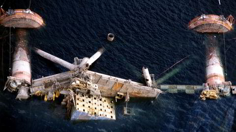 «Alexander L. Kielland»-plattformen kantret 27. mars 1980 på Ekofiskfeltet i Nordsjøen. 123 mennesker omkom. Her forsøkes plattformen snudd, men den ble senere senket med 50 kilo sprengstoff og sank til 712 meters dyp.