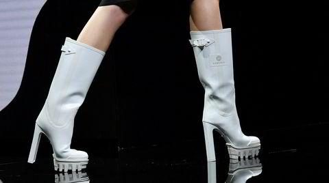 Høyt oppe. Versace tok det ett steg lenger på sin motevisning i Milano, og la til høye hæler.